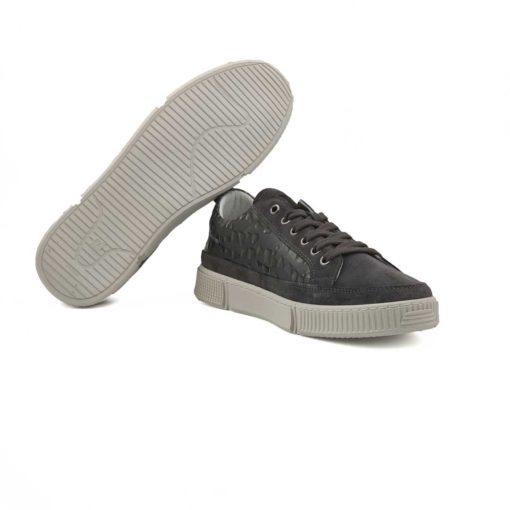 Muške cipele patike casual izradjene su u kombinaciji sive antilop kože i štampane Boks kože. Dinamična kombinacija boja i kože u patchwork stilu. Na više mesta je proštepana, pogotovu na bočnim stranama sa upečatljivim komadom crne kože koji je dodatno prišiven. Biće savršene za svaki dan ako Vaš posao ne zahteva formalno oblačenje, a Vaš je stil ležeran i nekonvencionalan. Ultralaki X-lite djon daje novu dimenziju kada je u pitanju udobnost. Ove muške cipele patike imaju savršen balans za stopalo zahvaljujući ulošku od silikona koji presvučen kožom. Unutrašnjost je kao i uvek kod nas, od prirodne Nappa kože. Tip izrade -Blake Stitch.