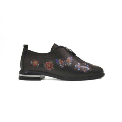 """Ženske casual cipele Zipper izradjene su od vrhunske braon Nappa kože na kojoj je crna štampa u obliku cvetnih latica. Koža je glatka i ručno polirana specijalnim pastama da bi se dobio polumat sjaj,sa blago zadimljenim izgledom kože. Naknadno je na cipelama dodato nekoliko crteža živopisnih boja u stilu """"Colorful Tattoo"""" koje često vidjamo leti. Detalj u vidu rajsfešlusa je originalno rešenje za ove ženske cipele, a verujte nam da je i vrlo praktično kada je obuvanje u pitanju. Sve ženske cipele u našoj kolekciji su spolja i unutra od najbolje prirodne kože, a to je vrlo bitno ako brinete o zdravlju i higijeni Vaših stopala. Dvobojan crno/beli The Gom djon od prirodne gume i uložak od silikona koji je anatomski oblikovan. Biće više nego dovoljni ako ste aktivni tokom celog dana. Ove ženske casual cipele su model za urbane dame koji cene kvalitet, a žele nesto drugačije.... A pri tom same definišu svoj Dress code. Sjajan izbor ako tražite udobne ženske cipele za svaki dan. Jedan od naših favorita za proleće i leto!"""