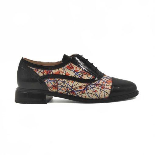 Ženske smart casual cipele Oxford izradjene u kombinaciji crne boks kože u visokom sjaju i meke prevrnute kože u bež boji. Ovaj model spada u ženske cipele za svečane prilike, ali dodatkom antilop kože postaju mnogo ležernije. Bež koža je perforirana i ima rupice i štampu u narandžastoj boji po celoj površini. Tanke voskirane pertle u crnoj boji na ovim smart casual cipele se savršeno uklapaju sa donjim delom obuće. Blago povišena peta u Piano black boji i tanak djon od prirodne gume. Pružiće Vam fleksibilnost i komfor koji se očekuje tokom celog dana. Ako ste ceo dan na nogama i bole Vas stopala ne brinite, zahvaljujući silikonskom ulošku i postavi od prirodne kože ti problemi će biti za Vas prošlost. Zato ove ženske oksfordice sa pravom spadaju u kategoriju Fashionable Comfort žensku obuću.