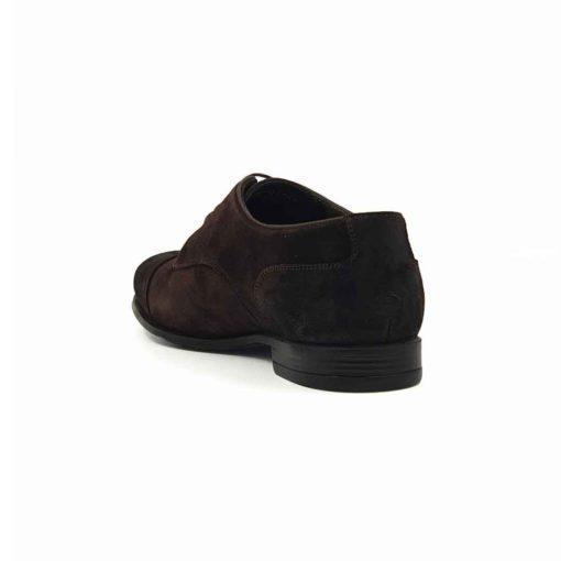 Muške smart casual cipele Cap Toe Derby izrađene su od najfinije prevrnute teleće kože u braon boji. Ono što krasi ovaj model je neoklasični dizajn u Engleskom stilu. Posebnim tretiranjem i ručnim farbanjem postignut je delimično baršunasti izgled kože. Cela površina kože dodatno je ručno osenčena abrazivnim četkama. Na kraju je koža na par mesta premazana posebnim uljem. Na ovaj način smo ovom modelu dali savremeni boho stil. Boja namerno izgleda neujednačeno i zato je svaki par unikat i priča za sebe. Dodatan šmek ovom modelu daje tamnozeleni djon i unutrašnjost koja je izradjena kompletno od najfinije kože. Izuzetno udoban djon The Gom od kompozitnih materijala i tip izrade Cementing su prava kombinacija za ovaj model. Ako želite celodnevni komfor ismart casual tip muške obuće ovo je pravo rešenje za Vas. Iskrena preporuka za proleće i leto 2021!
