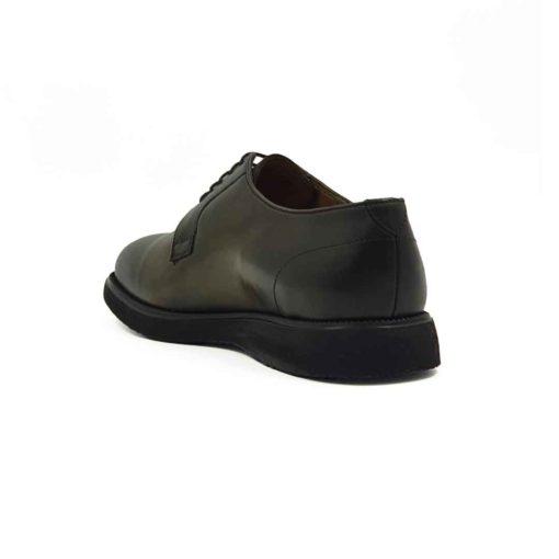 Muške cipele Blucher Lace Up u zelenoj boji. Tretirane su posebnim četkama i pastama, a na kraju dodatno farbane da bi se dobila neujednačena boja kože, posebno na vrhu i zadnjem delu cipele. Klasične muške cipele u tamnozelenoj boji bez ikakvih dodataka. Na taj način smo dali prefinjenu eleganciju ovom komadu obuće. Diskretni šavovi dodatno ističu linearnu siluetu i snažan dizajn. Za udobnost i dug vek zaslužan je The Gom EVA djon sa petom koja je jedva primetna zbog savremenog dizajna. Zanatski tip izrade- Cementing. Sjajan izbor ako tražite udobne muške cipele za sve prilike! Da Vas podsetimo da je unutrašnjost kod nas uvek kompletno uradjena od najfinije kože.