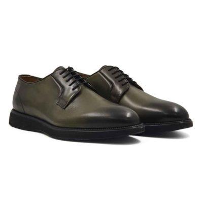 Muške cipele Blucher Lace Up ručno bojene u zelenoj boji. Tretirane su posebnim četkama i pastama, a na kraju dodatno farbane da bi se dobila neujednačena boja kože, posebno na vrhu i zadnjem delu cipele. Klasične muške cipele u tamnozelenoj boji bez ikakvih dodataka. Na taj način smo dali prefinjenu eleganciju ovom komadu obuće. Diskretni šavovi dodatno ističu linearnu siluetu i snažan dizajn. Za udobnost i dug vek zaslužan je The Gom EVA djon sa petom koja je jedva primetna zbog savremenog dizajna. Zanatski tip izrade- Cementing. Sjajan izbor ako tražite udobne muške cipele za sve prilike! Da Vas podsetimo da je unutrašnjost kod nas uvek kompletno uradjena od najfinije kože.