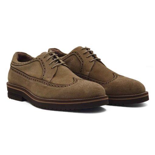 Muške casual cipele Longwing Brogues smo izradili od prvoklasne brušene svetlobraon Nubuck kože. Ručno su polirane i farbane, a potom ukrašene suptilno zamršenim šarama u Škotskom stilu. Ako niste skloni kompromisima u savremenoj modi i ako više volite Englesku klasiku iz 20-ih godina prošlog veka ovo je pravi model muške obuće za Vas. Ali ne brinite jer ovaj model nije demode, samo budi emocije na davno prošla vremena. Verujemo da će Vas svi pitati gde ste kupili cipele. Blago povišeni djon od vinila sa niskom petom pruža punu fleksibilnost i udobnost za ceo dan, a pritom je ovaj model znatno lakši od drugih. Zanatski tip izrade-Goodyear welt radjen izrazito jakim koncem u beloj boji. Unutrašnjost je kompletno izradjena od prvoklasne kože.
