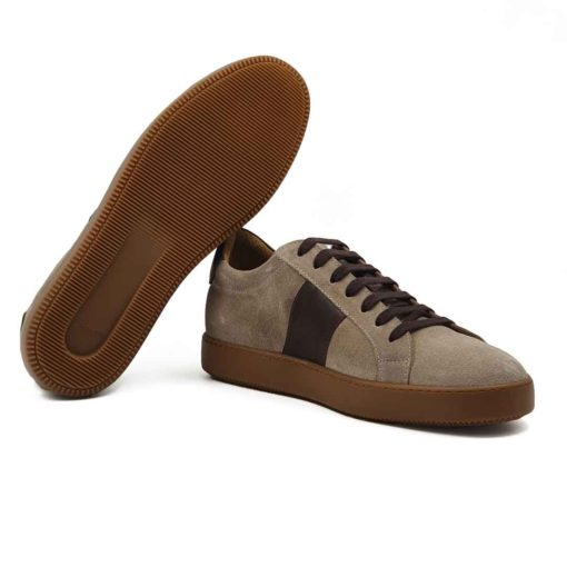 Muške cipele patike seven holes izradjene od vrhunske prevrnute kože, bojene u desert beige boji. Za fini i baršunasti izgled prevrnute kože, na kraju su korišćene posebne četke sa mekom konjskom dlakom. Da dizajn ne bi bio minimalistički, dodali smo traku na obe bočne strane od tamnobraon Nappa kože koja se odlično slaže sa braon pamučnim pertlama. Kao i kod drugih modela u našoj ponudi, postava je kompletno uradjena od prirodne kože. Zahvaljujući tome nećete morati da brinete o higijeni stopala, a održavanje će biti mnogo lakše. Naš omiljeni djon The Gom od prirodne gume u bež boji, daje savršen kontrast i dodatno ističe gornji deo obuće. Casual muške cipele za muškarce koji su ceo dan u pokretu, a žele udobnu mušku obuću. Tip izrade- Blake Stitch.