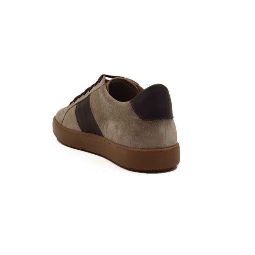 Muške cipele patike seven holes izradjene od vrhunske prevrnute kože, bojene u desert beige boji. Za fini i baršunasti izgled prevrnute kože, na kraju su korišćene posebne četke sa mekom konjskom dlakom. Da dizajn ne bi bio minimalistički, dodali smo traku na obe bočne strane od tamnobraon Nappa kože koja se odlično slaže sa braon pamučnim pertlama. Kao i kod drugih modela u našoj ponudi, postava je kompletno uradjena od prirodne kože. Zahvaljujući tome nećete morati da brinete o higijeni stopala, a održavanje će biti mnogo lakše. Naš omiljeni djon The Gom od prirodne gume u bež boji, daje savršen kontrast i dodatno ističe gornji deo obuće. Casual muške patike cipele za muškarce koji su ceo dan u pokretu, a žele udobnu mušku obuću. Tip izrade- Blake Stitch.