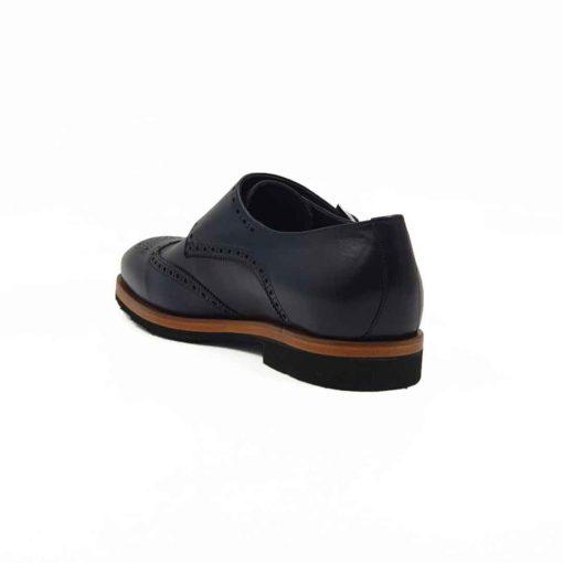 Muške elegantne cipele Double Monk za koje smo koristili prvoklasnu Nappa kožu u teget boji. Ručno farbane, a kasnije tretirane specijalnim zanatskim četkama da bi se dobio prefinjen izgled. Ovo je klasična muška cipela sa karakterom i metropolitskim šmekom. Četvrtaste šnale za šniranje i blago naglašeni Brogue stil, daju ovom modelu otmen dizajn sa elegantnom figurom. Sofisticirane I udobne muške cipele zahvaljujući izradi tipa Blake Stitch I djonu The Gom od prirodne gume. Ako žudite za savršenim cipelama, ovaj model je idealan zbog postave koja je uradjena kompletno od najfinije prirodne kože. Dvobojni djon je tako šiven da sprečava bilo kakvu deformaciju. Jedan od naših favorite za proleće i leto 2021 kada su elegantne cipele u pitanju!