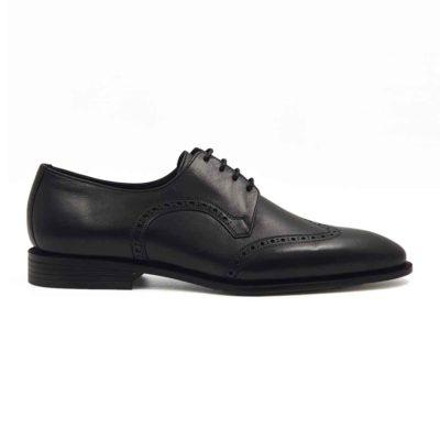 Muške klasične cipele Oxford Medallion izradjene su od vrhunske Boks kože u tamnoplavoj boji. Koža je diskretno perforirana na više mesta sitnim rupicama koje se savršeno uklapaju sa tankim šavovima. Ovaj model cipela je tertian finim četkama kako bi se sačuvao autentičan izgled kože.Ove elegantne muške cipele su za svaku preporuku ako tražite nešto što će odgovarati većini Vaših svečanih i smart casual odevnih kombinacija. Za unutrašnjost smo koristili prvoklasnu Nappa kožu u teget i crnoj boji i na taj način smo izbegli logično rešenje po pitanju dizajna koji je uobičajen. The Gom djon od prirodne gume pruža fleksibilnu strukturu i komfor koji će Vam biti potrebni tokom celog dana ili večeri. Uložak je od silikona i presvučen je najfinijom kožom, tako da će Vam svaki korak biti pravo uživanje. Tip izrade- Blake Stitch. Ovo je jedan od modela koji je kod nas najtraženiji kada su u pitanju elegantne muške cipele za sva godišnja doba! Glavni razlog je to što spaja dve najvažnije stvari kod cipela - Udobnost i dizajn. Svaka preporuka ako se uklapa u Vaš stajling!