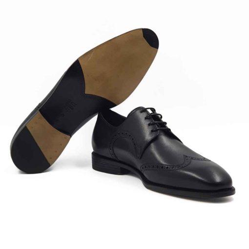 Muške Oxford Medallion cipele izradjene su od vrhunske Boks kože u tamnoplavoj boji. Koža je diskretno perforirana na više mesta sitnim rupicama koje se savršeno uklapaju sa tankim šavovima. Ovaj model cipela je tertian finim četkama kako bi se sačuvao autentičan izgled kože.Ove elegantne muške cipele su za svaku preporuku ako tražite nešto što će odgovarati većini Vaših svečanih i smart casual odevnih kombinacija. Za unutrašnjost smo koristili prvoklasnu Nappa kožu u teget i crnoj boji i na taj način smo izbegli logično rešenje po pitanju dizajna koji je uobičajen. The Gom djon od prirodne gume pruža fleksibilnu strukturu i komfor koji će Vam biti potrebni tokom celog dana ili večeri. Uložak je od silikona i presvučen je najfinijom kožom, tako da će Vam svaki korak biti pravo uživanje. Tip izrade- Blake Stitch. Ovo je jedan od modela koji je kod nas najtraženiji kada su u pitanju elegantne muške cipele za sva godišnja doba! Glavni razlog je to što spaja dve najvažnije stvari kod cipela - Udobnost i dizajn. Svaka preporuka ako se uklapa u Vaš stajling!