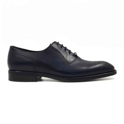 Klasične cipele Oxford Medallion izradjene su od vrhunske Boks kože u tamnoplavoj boji. Koža je diskretno perforirana na više mesta sitnim rupicama koje se savršeno uklapaju sa tankim šavovima. Ovaj model cipela je tertian finim četkama kako bi se sačuvao autentičan izgled kože.Ove elegantne muške cipele su za svaku preporuku ako tražite nešto što će odgovarati većini Vaših svečanih i smart casual odevnih kombinacija. Za unutrašnjost smo koristili prvoklasnu Nappa kožu u teget i crnoj boji i na taj način smo izbegli logično rešenje po pitanju dizajna koji je uobičajen. The Gom djon od prirodne gume pruža fleksibilnu strukturu i komfor koji će Vam biti potrebni tokom celog dana ili večeri. Uložak je od silikona i presvučen je najfinijom kožom, tako da će Vam svaki korak biti pravo uživanje. Tip izrade- Blake Stitch. Ovo je jedan od modela koji je kod nas najtraženiji kada su u pitanju elegantne muške cipele za sva godišnja doba! Glavni razlog je to što spaja dve najvažnije stvari kod cipela - Udobnost i dizajn. Svaka preporuka ako se uklapa u Vaš stajling!