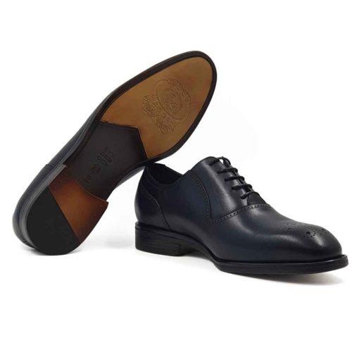 Muške cipele Oxford Medallion izradjene su od vrhunske Boks kože u tamnoplavoj boji. Koža je diskretno perforirana na više mesta sitnim rupicama koje se savršeno uklapaju sa tankim šavovima. Ovaj model cipela je tertian finim četkama kako bi se sačuvao autentičan izgled kože.Ove elegantne muške cipele su za svaku preporuku ako tražite nešto što će odgovarati većini Vaših svečanih i smart casual odevnih kombinacija. Za unutrašnjost smo koristili prvoklasnu Nappa kožu u teget i crnoj boji i na taj način smo izbegli logično rešenje po pitanju dizajna koji je uobičajen. The Gom djon od prirodne gume pruža fleksibilnu strukturu i komfor koji će Vam biti potrebni tokom celog dana ili večeri. Uložak je od silikona i presvučen je najfinijom kožom, tako da će Vam svaki korak biti pravo uživanje. Tip izrade- Blake Stitch. Ovo je jedan od modela koji je kod nas najtraženiji kada su u pitanju elegantne muške cipele za sva godišnja doba! Glavni razlog je to što spaja dve najvažnije stvari kod cipela - Udobnost i dizajn. Svaka preporuka ako se uklapa u Vaš stajling!