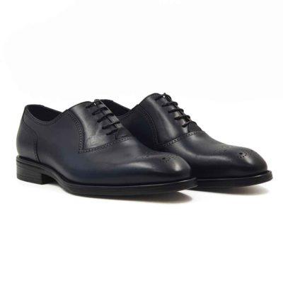 Muške klasične Oxford Medallion izradjene su od vrhunske Boks kože u tamnoplavoj boji. Koža je diskretno perforirana na više mesta sitnim rupicama koje se savršeno uklapaju sa tankim šavovima. Ovaj model cipela je tertian finim četkama kako bi se sačuvao autentičan izgled kože.Ove elegantne muške cipele su za svaku preporuku ako tražite nešto što će odgovarati većini Vaših svečanih i smart casual odevnih kombinacija. Za unutrašnjost smo koristili prvoklasnu Nappa kožu u teget i crnoj boji i na taj način smo izbegli logično rešenje po pitanju dizajna koji je uobičajen. The Gom djon od prirodne gume pruža fleksibilnu strukturu i komfor koji će Vam biti potrebni tokom celog dana ili večeri. Uložak je od silikona i presvučen je najfinijom kožom, tako da će Vam svaki korak biti pravo uživanje. Tip izrade- Blake Stitch. Ovo je jedan od modela koji je kod nas najtraženiji kada su u pitanju elegantne muške cipele za sva godišnja doba! Glavni razlog je to što spaja dve najvažnije stvari kod cipela - Udobnost i dizajn. Svaka preporuka ako se uklapa u Vaš stajling!