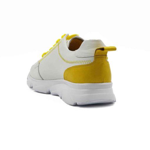Muške cipele low top izradjene u kombinaciji bež i žute Nappa kože. Bež koža je blago zrnasta i savršeno meka. Ovaj model je perfektan ako tražite casual stil i udobnost, a želite nešto malo drugačije…. Jednobojni beli blago predimenzionirani EVA djon The Gom ima savršen balans za stopalo i preudoban je. Postava je izradjena od prvoklasne Nappa kože. Gazište i unutrašnja strana jezika su od žute kože, a ostatak unutrašnjosti je od bež kože. Svaka preporuka ako ste urbani šetač i puno vremena provodite hodajući. Za ovaj tip obuće, tip izrade- Cementing. Nikada nismo imali ovakvu kombinaciju i sigurni smo da će ovaj model biti jedan od omiljenih. Izdvajamo ga kao jedan od naših favorita za novu sezonu!
