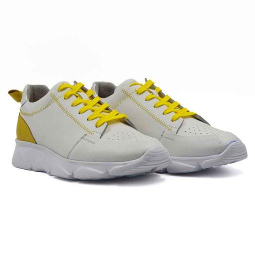 Muške patike cipele low top izradjene u kombinaciji bež i žute Nappa kože. Bež koža je blago zrnasta i savršeno meka. Ovaj model je perfektan ako tražite casual stil i udobnost, a želite nešto malo drugačije…. Jednobojni beli blago predimenzionirani EVA djon The Gom ima savršen balans za stopalo i preudoban je. Postava je izradjena od prvoklasne Nappa kože. Gazište i unutrašnja strana jezika su od žute kože, a ostatak unutrašnjosti je od bež kože. Svaka preporuka ako ste urbani šetač i puno vremena provodite hodajući. Za ovaj tip obuće, tip izrade- Cementing. Nikada nismo imali ovakvu kombinaciju i sigurni smo da će ovaj model biti jedan od omiljenih. Izdvajamo ga kao jedan od naših favorita za novu sezonu!
