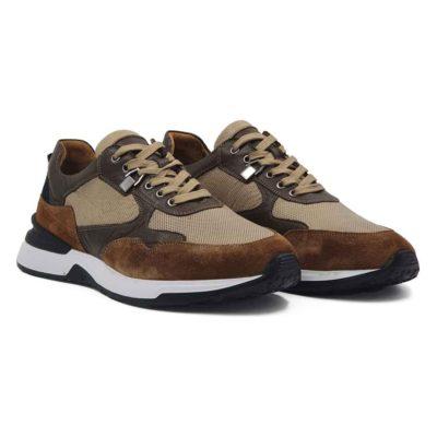 Muške cipele patike radjene u kombinaciji vrhunske braon boks kože u više nijansi. Ovaj model je pravi izbor ako tražite casual stil i udobnost, a želite nešto malo drugačije. Savršene cipele patike da podignete Vaš stajling i da se istaknete. Unutrašnjost je kompletno od kože i farbana je tako da se slaže sa spoljnom kožom. Prvoklasni patike sa djonom The Gom od prirodne gume u crnobeloj boji stvara zanimljiv kontrast, ali se slaže savršeno sa gornjim delom. Ovo je djon koji pruža punu fleksibilnost i komfor koji se očekuje tokom celog dana. Tip izrade-Cementing. Pun pogodak kada su u pitanju muške cipele za proleće leto 2021!