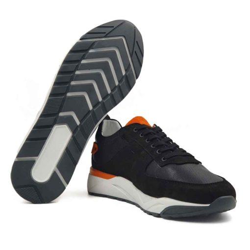 """Muške sportske cipele od prvoklasne antilop i Nappa kože. Muške patike u crnoj boji sa dodatcima u zemljano narandjastoj boji od prevrnute kože. Površina Nappa kože je na bočnim stranama blago tačkasto perforirana . Cela površina kože tretirana je posebnim četkama i pastama da bi se dobila glatka struktura i savršen izgled. Ovaj model elegantnih patika je za svaku preporuku ako Vam treba muška obuća koja se uklapa uz većinu casual odevnih kombinacija. Ono što ovaj model odvaja od """"konkurencije"""" je rafiniranost i ležernost. The Gom djon od prirodne gume u beloj boji pruža fleksibilnu strukturu i ugodjaj tokom celog dana. Tip izrade-Cementing. Ovo je jedan od modela koji je kod nas najtraženiji, zato požurite! Ovaj model spaja dve najvažnije stvari kod cipela- Udobnost i dizajn."""