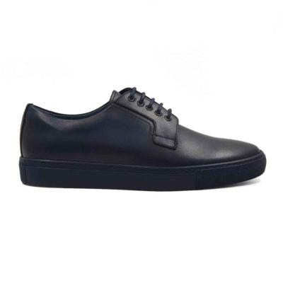 Muške jednostavne cipele Blucher Plain Toe izradjene su od prvoklasne glatke teleće Nappa kože u teget boji. Ove cipele su ručno farbane i polirane da bi se dobio blago zadimljeni polumat efekat. Farbane su više puta da bi se postigla jedva vidljiva neujednačena, ali puna teget boja. Svojim jednostavnim i neoklasičnim dizajnom pruža osećaj jednostavnosti i prefinjenosti. Ipak su malo drugačija obrade kože i štepova oko pertli koje su tanke i voskirane, dale ovim cipelama malo savremeniji izgled. To su mali, ali diskretni detalji koji razbijaju klasičnu koncepciju i izlaze iz okvira konvencionalnog. Ove muške cipele biće savršene za svaku priliku, od neobavezne do svake casual smart varijante. Vrhunski The Gom djon od prirodne gume u teget boji pruža jednostavnost ovom modelu, ali i fleksibilnost i udobnost za ceo dan. Za ovaj model, zanatski tip izrade-Blake Stitch.