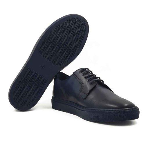 Muške cipele Blucher Plain Toe izradjene su od prvoklasne glatke teleće Nappa kože u teget boji. Ove cipele su ručno farbane i polirane da bi se dobio blago zadimljeni polumat efekat. Farbane su više puta da bi se postigla jedva vidljiva neujednačena, ali puna teget boja. Svojim jednostavnim i neoklasičnim dizajnom pruža osećaj jednostavnosti i prefinjenosti. Ipak su malo drugačija obrade kože i štepova oko pertli koje su tanke i voskirane, dale ovim cipelama malo savremeniji izgled. To su mali, ali diskretni detalji koji razbijaju klasičnu koncepciju i izlaze iz okvira konvencionalnog. Ove muške cipele biće savršene za svaku priliku, od neobavezne do svake casual smart varijante. Vrhunski The Gom djon od prirodne gume u teget boji pruža jednostavnost ovom modelu, ali i fleksibilnost i udobnost za ceo dan. Za ovaj model, zanatski tip izrade-Blake Stitch.