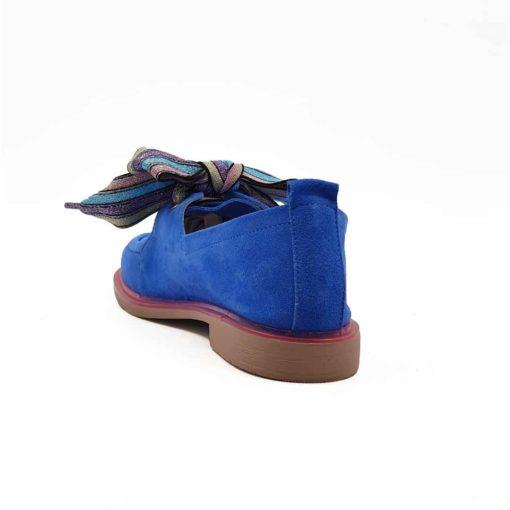 Ženske letnje mokasine Lace Loafer napravljene su od prvoklasne Azzaro plave prevrnute kože. Posebna pažnja je posvećena farbanju i četkanju da bi se dobio savršen efekat kože.