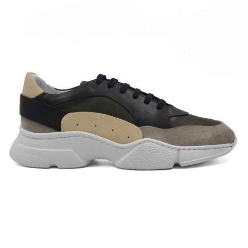 Muške moderne cipele patike low top izradjene u kombinaciji sive, zelene, crne i bež prevrnute, Nubuck i Nappa kože. Mirna kombinacija boja u patchwork stilu, ali ipak malo smelija . Ovaj model je savršen ako tražite savremen casual stil i udobnost, a želite nešto malo drugačije…. Jednobojni, blago predimenzionirani EVA djon The Gom ima savršen balans za stopalo. Ako obratite pažnju primetićete da njegova zrnasta struktura nije ista na celom djonu. Tako je dodatno naglašena njegova forma. Svaka preporuka ako ste urbani šetač i puno vremena provodite hodajući. Jedno je sigurno, ovaj model ne može da bude neudoban. Za ovaj tip obuće, tip izrade- Cementing. Kao i kod drugih modela u našoj ponudi, postava je kompletno uradjena od prirodne kože. Ako ste ljubitelj modnih trendova i udobne obuće ove će biti zasigurno jedan od Vaših favorita za proleće i leto!