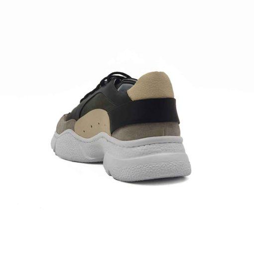 Muške patike low top izradjene u kombinaciji sive, zelene, crne i bež prevrnute, Nubuck i Nappa kože. Mirna kombinacija boja u patchwork stilu, ali ipak malo smelija . Ovaj model je savršen ako tražite savremen casual stil i udobnost, a želite nešto malo drugačije…. Jednobojni, blago predimenzionirani EVA djon The Gom ima savršen balans za stopalo. Ako obratite pažnju primetićete da njegova zrnasta struktura nije ista na celom djonu. Tako je dodatno naglašena njegova forma. Svaka preporuka ako ste urbani šetač i puno vremena provodite hodajući. Jedno je sigurno, ovaj model ne može da bude neudoban. Za ovaj tip obuće, tip izrade- Cementing. Kao i kod drugih modela u našoj ponudi, postava je kompletno uradjena od prirodne kože. Ako ste ljubitelj modnih trendova i udobne obuće ove će biti zasigurno jedan od Vaših favorita za proleće i leto!
