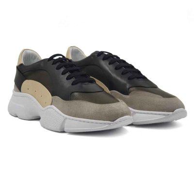 Muške cipele patike low top izradjene u kombinaciji sive, zelene, crne i bež prevrnute, Nubuck i Nappa kože. Mirna kombinacija boja u patchwork stilu, ali ipak malo smelija . Ovaj model je savršen ako tražite savremen casual stil i udobnost, a želite nešto malo drugačije…. Jednobojni, blago predimenzionirani EVA djon The Gom ima savršen balans za stopalo. Ako obratite pažnju primetićete da njegova zrnasta struktura nije ista na celom djonu. Tako je dodatno naglašena njegova forma. Svaka preporuka ako ste urbani šetač i puno vremena provodite hodajući. Jedno je sigurno, ovaj model ne može da bude neudoban. Za ovaj tip obuće, tip izrade- Cementing. Kao i kod drugih modela u našoj ponudi, postava je kompletno uradjena od prirodne kože. Ako ste ljubitelj modnih trendova i udobne obuće ove će biti zasigurno jedan od Vaših favorita za proleće i leto!