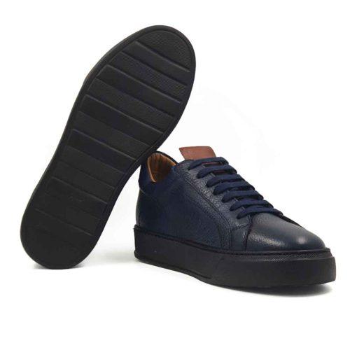 Muške moderne cipele patike 7 Holes izrađene od najfinije i zanatski obrađene teleće Boks kože u teget boji, izrazito zrnaste strukture. Vrlo jednostavne i cipele patike koje ne zahtevaju posebnu vrstu garderobe i lako se kombinuju sa većinom odeće za proleće i leto. Model obuće za praktične muškarce koji cene kvalitet, a traže jednostavnost.... A pri tom sami definišu svoj Dress code. Da ne budu bez prepoznatljivog detalja, ubacili smo braon parče Nappa kože na jeziku. Prvoklasni, ultralaki djon The Gom od EVA gume u crnoj boji namerno krši pravila, ali to je detalj koji ih razlikuje od sličnih modela i razbija neka pravila. Ovo je vrsta djona koji pruža punu fleksibilnost i komfor koji se očekuje tokom celog dana. Tip izrade- Blake Stitch. Samo za one sa istančanim ukusom!