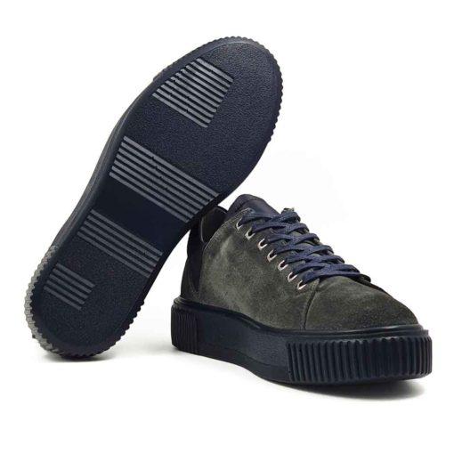 Muške casual patike cipele 7 Holes izradjene od vrhunske antilop kože u tamnosivoj boji. Koža je baršunasta i tretirana posebnim četkama da bi se fina spoljašnost prevrnute kože. Ove elegantne muške patike su za svaku preporuku ako Vam treba nešto što će odgovarati većini kežual odevnih kombinacija. Za unutrašnjost smo koristili sivu Nappa kožu i na taj način smo izbegli logično rešenje po pitanju dizajna koji je uobičajen. Monolitni The Gom djon od prirodne gume u crnoj boji pruža fleksibilnu strukturu i komfor i dodatno ističe gornji deo obuće. Uložak je od silikona i presvučen je najfinijom kožom, tako da će Vam svaki korak biti pravo uživanje. Tip izrade- Cementing. Ovo je jedan od modela koji je kod nas najtraženiji kada su u pitanju muške cipele za proleće i leto! Spaja dve najvažnije stvari kod cipela - Udobnost i dizajn. Svaka preporuka.