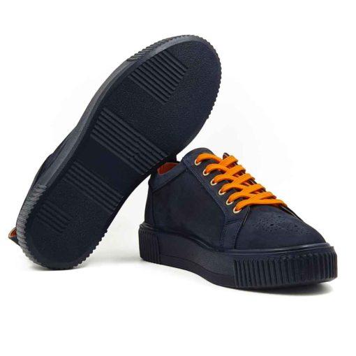 Muške cipele patike six holes izradjene od vrhunske Nubuck kože, bojene u teget boji. Za fini izgled kože, na kraju su korišćene posebne četke sa mekom konjskom dlakom. Da dizajn ne bi bio minimalistički, dodali smo narandjaste pertle i unutrašnjost u istoj boji. Kao i kod drugih modela u našoj ponudi, postava je kompletno uradjena od prirodne kože. Zahvaljujući tome nećete morati da brinete o higijeni stopala, a održavanje će biti mnogo lakše. Naš omiljeni djon The Gom od prirodne gume u teget boji se savršeno uklapa sa gornjim delom. Na prednjem delu su zumbane u Škotskom stilu. Casual muške patike za muškarce koji su ceo dan u pokretu, a žele udobnu mušku obuću. Tip izrade- Cementing.