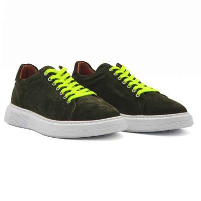 Muške plitke cipele patike izrađene od najfinije blago baršunaste prevrnute kože maslinasto zelene boje . Diskretno ojačani šavovi na vrhu patike, bez dramatičnih prelaza, daju jednu rafiniranu notu ovom paru muške obuće . Ovaj model je savršen ako tražite casual stil i udobnost, a želite nešto malo drugačije. Ove patike dolaze sa fluo zelenim pertlama. Ali ako poželite da nešto promenite na njima, dobijate uz njih pamučne pertle u boji kože. Monolitni djon The Gom od prirodne gume u kombinaciji sa ovom vrstom kože čini ove muške elegantne patike pravim izborom ako ste ceo dan u pokretu. Zahvaljujući postavi od meke kože, možete ih nositi bez brige i na bosu nogu. Biće dovoljno par sati nošenja da se savršeno oblikuju prema Vašem stopalu. Tip izrade- Blake Stitch.