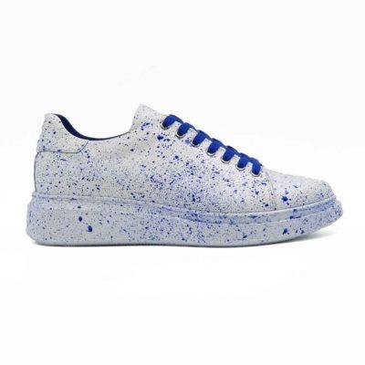 Muške sportske cipele patike izradjene od glatke bele Nappa kože. Farbane su i ručno polirane. Ove muške casual patike su originalne i malo drugačijeg dizajna jer su na kraju još jednom bojene kraljevsko plavom bojom. Ovo su jednostavne i moderne muške cipele patike koje odlikuje uglađena silueta i kompaktan dizajn. Model za praktične muškarce koji cene kvalitet i udobnost obuće. Odlično se uklapaju plave pertle i unutrašnjost od prvoklasne kože. Savršene su ako ne želite da trošite previše vremena na uparivanje obuće i garderobe. Monolitni EVA djon The Gom u beloj boji čini ove muške kožne patike pravim izborom ako ste ceo dan u pokretu, a želite obuću u kojoj ćete se osećati prijatno. Tip izrade- Blake Stitch. Idealna obuća za one koji cene minimalizam i praktičnost!