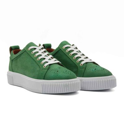 Muške elegantne cipele patike low top izradjene su od vrhunske Nubuck zelene kože. Ručno farbane, a kasnije tretirane posebnim četkama da bi se dobio blago baršunasti izgled kože. I pored toga koža i dalje ima blago zrnastu strukturu. Što se tiče dizajna ovde je sve svedeno na minimum, ali bez uticaja na kvalitet. Blago povišeni EVA djon The Gom u beloj boji je izuzetno lagan i udoban. Eva djon daje divan kontrast i dodatno ističe gornji deo patika. Djon se savršeno uklapa sa belim pamučnim pertlama. Mnogi se boje čiščenja belog djona, ali kod naših djonova nećete imati poteškoća u čišćenju. Diskretan detalj su rupice za pertle u zlatnoj boji. Još jedan suptilan detalj nalazi se na vrhu cipela u Britanskom fazonu. Mudar izbor ako tražite muške casual cipele patike koje su kompletno kožne i spolja i iznutra, a želite vrhunski kvalitet! Tip izrade- Cementing.