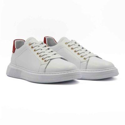 Muške moderne patike cipele za koje je korišćena vrhunska Nappa koža u beloj boji. Blago zamagljenog izgleda zahvaljujući zanatskoj obradi kože i ručnom poliranju posebnim četkama od konjske dlake. Minimalistički dizajn i monolitnost razbijeni su komadom crvene kože u visokom sjaju na peti i zlatnim rupicama za pertle. Da bi ove moderne cipele patike izgledale što jednostavnije kompletna unutrašnjost je uradjena u najfinijoj beloj Nappa koži. Na više mesta su diskretno proštepane, pogotovu na zadnjem delu sa izrazitim polukružnim šavom. Biće savršene za svaki dan ako Vaš posao ne zahteva formalno oblačenje. Beli djon The Gom od prirodne gume se savršeno slaže sa širokim pamučnom pertlama. Svaka preporuka ako tražite mušku obuću koja je udobna i koja se lako uklapa uz svaku garderobu. Tip izrade- Blake Stitch.