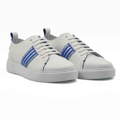 Muške cipele patike izradjene od prvoklasne bež i bele Nappa kože. Bež koža je savršeno glatka, dok je bela koža blago zrnaste strukture i korišćena samo na prednjem delu. Važno je da pomenemo da je bež koža dodatno ručno osečena da bi se dobila puna i savršena boja. Zbog ove metode možemo sa pravom reći da je svaki par unikat. Savršeno su se uklopili detalji u Azzuro plavoj boji i izraženi štep na zadnjem delu cipele. Jednostavne i moderne cipele patike koje odlikuje uglađena silueta i komfor. Vrhunski EVA djon The Gom pruža punu fleksibilnost i komfor koji se očekuje tokom celog dana. Djon je kao i koža blago zamagljen, pa će zbog toga njegovo održavanje biti mnogo lakše. Ovo je model za one koji su ceo dan u pokretu, a traže autentičnu i udobnu mušku obuću. Tip izrade- Blake Stitch.