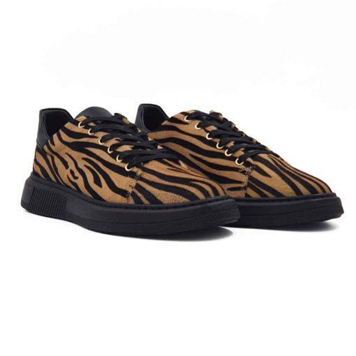 Ženske plitke cipele patike izrađene od najfinije kože sa prirodnom konjskom dlakom kao završetkom. Diskretno ojačani šavovi na vrhu patike, bez dramatičnih prelaza, daju savršeno jednostavnu notu ovom paru ženske obuće . Koža, odnosno dlaka, je farbana u braon/crnoj kombinaciji kako bi se dobila tigrasta završnica kože. Ovaj model je savršen ako tražite casual stil i udobnost, a želite nešto malo drugačije.Ove patike su rezervisane samo za dame koje žele nešto originalno i vredno. Crne blago voskirane pamučne pertle i zlatne nitne za pertle se savršeno uklapaju na ovom modelu.