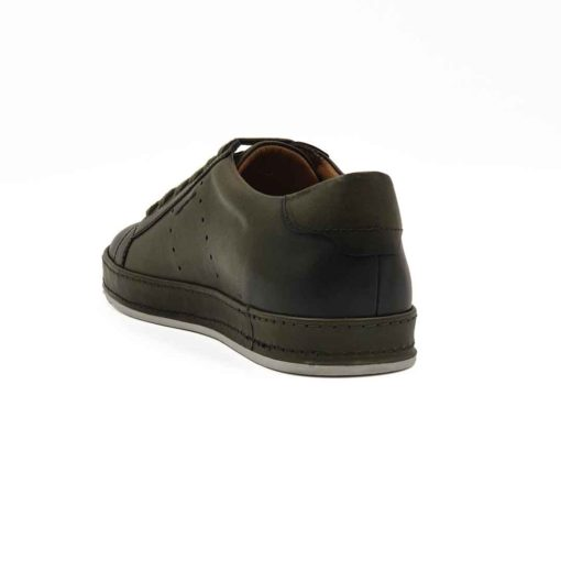 Muške patike cipele od vrhunske zelene Boks kože glatke strukture. Bojene su sa polumat završnicom i ručno polirane specijalnom pastom za cipele. Na kraju su crnom bojom na par mesta farbane da bi se dobila blago neujednačena zelena boja sa izraženijim konturama. Zahvaljujući širokim pamučnim pertlama i metodi ravnog pertlanja, dobili smo muške cipele patike koji su u kategoriji smart casual obuće. Vrlo svestrane i jednostavne za uparivanje sa većinom neformalne garderobe. Da bi se izbegao monolitni i minimalistički dizajn muških cipela, koristili smo za ovaj model novi djon The Gom od prirodne gume. Glavna caka je u tome što je djon kompletno obložen kožnom trakom u boji cipela i duplo proštepan. Unutrašnjost je kompletno od prirodne kože farbane u braon boji i pravi upečatljiv kontrast. Ovo je model sa kojim ne možete da pogrešite. Jedan od naših favorita kada su u pitanju muške cipele za proleće leto 2021. Ako igrate na sigurno i niste skloni eksperimentisanju, nemojte puno da razmišljate!