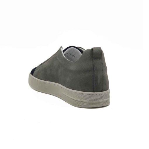 Muške cipele Slip-on izrađene od najfinije prevrnute teleće kože u kombinaciji sive i teget boje. Ono što krasi ovaj model diskretno asimetričnog kroja je neoklasični dizajn u urbanom stilu. Posebnim tretiranjem i ručnim farbanjem postignut je delimično baršunasti izgled teget kože. Blagim šmirglanjem sive kože dobili smo sasvim suprotan efekat. Cela površina obe kože dodatno je ručno osenčena abrazivnim četkama. Na taj način smo ovom modelu dali savremeni boho stil. Siva boja namerno izgleda blago neujednačeno i zato je svaki par unikat. Izuzetno udoban djon The Gom od prirodne gumei tip izrade Blake Stitch su prava kombinacija za ovaj model. Ako želite celodnevni komfor i smart casual tip muške obuće ovo je pravo rešenje za Vas. Iskrena preporuka za proleće leto 2021.