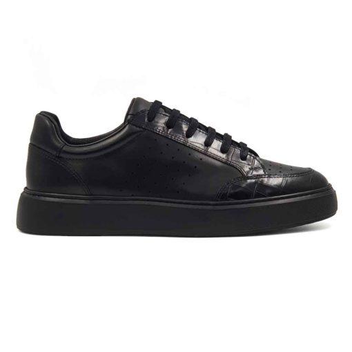 Muške casual cipele patike izradjene u kombinaciji glatke Nappa i kroko crne kože. Farbane su i ručno polirane da bi što više došlo do izražaja koriščenje dve različite strukture kože. Ove muške casual patike su originalne i malo drugačijeg dizajna, mada to nije previše uočljivo. One su zaista jednostavne i moderne muške cipele patike koje odlikuje uglađena silueta i kompaktan dizajn. Model za praktične muškarce koji cene kvalitet i udobnost obuće. Ali ne žele da troše previše vremena na uparivanje obuće i garderobe. Monolitni EVA djon The Gom u crnoj bojičini ove muške kožne patike pravim izborom ako ste ceo dan u pokretu. Želite obuću u kojoj ćete se osećati prijatno. Tip izrade- Blake Stitch. Idealna muška obuća za one koji cene minimalizam i praktičnost!