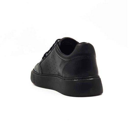 Muške casual patike izradjene u kombinaciji glatke Nappa i kroko crne kože. Farbane su i ručno polirane da bi što više došlo do izražaja koriščenje dve različite strukture kože. Ove muške casual patike su originalne i malo drugačijeg dizajna, mada to nije previše uočljivo. One su zaista jednostavne i moderne muške cipele patike koje odlikuje uglađena silueta i kompaktan dizajn. Model za praktične muškarce koji cene kvalitet i udobnost obuće. Ali ne žele da troše previše vremena na uparivanje obuće i garderobe. Monolitni EVA djon The Gom u crnoj bojičini ove muške kožne patike pravim izborom ako ste ceo dan u pokretu. Želite obuću u kojoj ćete se osećati prijatno. Tip izrade- Blake Stitch. Idealna muška obuća za one koji cene minimalizam i praktičnost!