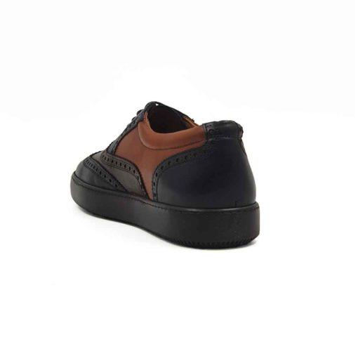 Muške patike cipele Modern Oxford od najfine teget, crne i dve nijanse braon Nappa kože. Koža je ručno farbana i tretirana posebnim pastama i četkama da bi se dobio savremeni trendi stil. Ovakav model ćete naći samo u Engleskoj ! U prvom planu je neuobičajna kombinacija boja pa tek onda zumbanje u Škotskom stilu. Uz ovaj model idu obavezno tanke voskirane pertle da ne bismo kršili pravila koja važe za popularne Oksfordice. Da li Vam se dopada ova kombinacija? Ako je tako dodjite do nas i probajte ih i osetite duh Britanije. Jedino pravilo koje smo prekršili je vrsta djona koja se najčešće koristi, ali to je u cilju da ovaj model učinimo malo modernijim i udobnijim. Prvoklasni djon The Gom od prirodne gume u braon boji se savršeno uklapa i pruža punu fleksibilnost i komfor koji se očekuje tokom celog dana. Kao i kod svih naših cipela, kompletna unutrašnjost je od prvoklasne braon Nappa kože. Tip izrade- Blake Stitch. Pun pogodak kada su u pitanju muške cipele za proleće leto 2021!