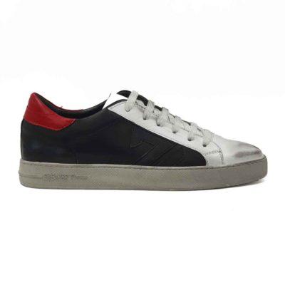 Savršene cipele patike radjene u kombinaciji vrhunske crne i prljavo bele boks kože. Ovaj model je pravi izbor ako tražite casual stil i udobnost, a želite nešto malo drugačije. Ono što razlikuje ovaj model cipela od drugih je način farbanja i završna obrada kože. Fora je u tome da se na kraju šmirglaju i dodatno dofarbaju na pojedinim mestima. Savršene patike da podignete Vaš stajling i da se istaknete. Namerno je na dva mesta korišćena bordo koža da malo oživimo ove cipele patike. Prvoklasni djon The Gom od prirodne gume u bež boji stvara kontrast, ali se odlično slaže sa gornjim delom cipele. Ovo je djon koji pruža punu fleksibilnost i komfor koji se očekuje tokom celog dana. Kompletna unutrašnjost je od prvoklasne braon Nappa kože, što je veliki plus za zdravlje stopala. Tip izrade- Blake Stitch.