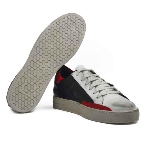 Muške cipele patike radjene u kombinaciji vrhunske crne i prljavo bele boks kože. Ovaj model je pravi izbor ako tražite casual stil i udobnost, a želite nešto malo drugačije. Ono što razlikuje ovaj model cipela od drugih je način farbanja i završna obrada kože. Fora je u tome da se na kraju šmirglaju i dodatno dofarbaju na pojedinim mestima. Savršene patike da podignete Vaš stajling i da se istaknete. Namerno je na dva mesta korišćena bordo koža da malo oživimo ove cipele patike. Prvoklasni djon The Gom od prirodne gume u bež boji stvara kontrast, ali se odlično slaže sa gornjim delom cipele. Ovo je djon koji pruža punu fleksibilnost i komfor koji se očekuje tokom celog dana. Kompletna unutrašnjost je od prvoklasne braon Nappa kože, što je veliki plus za zdravlje stopala. Tip izrade- Blake Stitch.