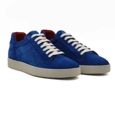 Moderne muške cipele patike od vrhunske prevrnute kože u Azzuro plavoj boji, izrazito casual strukture. Hibridni model patika koji je popularan u celom svetu jer je spojio sve ono što je potrebno savremenom muškarcu. Ali kod ovog modela je postignut savršen balans bez obzira što je u dizajniranju korišćena upečatljiva boja kože. Farbane su ručno , ali neravnomerno da bi se dobio blagi patina efekat. Na kraju su četkane u polumat završnici bez izražene baršunaste završnice. Jednostavne i moderne muške patike koje odlikuje uglađena silueta i komfor. Model cipela za savremene muškarce koji cene kvalitet, a žele nešto drugačije i retko.... A pri tom sami definišu svoj Dress code. Postava je i ovde standardna za našu obuću i koristimo samo prirodnu kožu. Ali ovog puta je kompletna unutrašnost u bordo boji kože. Vrhunski djon The Gom od prirodne gume pruža punu fleksibilnost i komfor za muškarce koji su ceo dan na poslu. Zato su ove muške cipele patike lakše i udobnije nego što očekujete. Ovo je model koji zaista preporučujemo za proleće leto, ako želite nešto moderno i nekonvencionalno. Tip izrade- Blake stitch.
