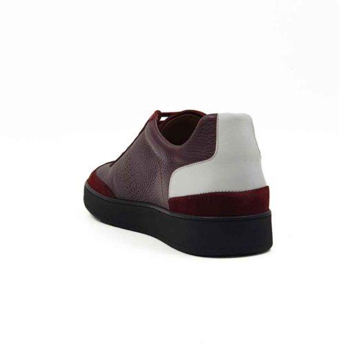 Muške casual patike cipele izradjene od vrhunske Nappa i Antilop kože u bordo boji. Nappa koža je izrazito zrnaste strukture, a prevrnuta koža je tretirana posebnim četkama da bi se dobila fino baršunasta spoljašnost kože. Ove elegantne muške patike su za svaku preporuku ako Vam treba obuća koja će odgovarati većini casual kombinacija. Klasičan dizajn menja malo parče bele kože na peti. Za unutrašnjost smo koristili braon prvoklasnu Nappa kožu koja će biti savršena za Vaša stopala,a možete ih bez ikakve brige nositi i bez čarapa. Monolitni The Gom djon od prirodne gume u crnoj boji pruža fleksibilnu strukturu i komfor koji će Vam biti potreban tokom celog dana. Uložak je od silikona i presvučen je najfinijom kožom, tako da će Vam svaki korak biti pravo uživanje. Tip izrade- Blake Stitch. Ovo je jedan od modela koji je kod nas najtraženiji kada su u pitanju muške cipele za proleće i leto! Zato što spaja dve najvažnije stvari kod cipela - Udobnost i dizajn. Svaka preporuka!