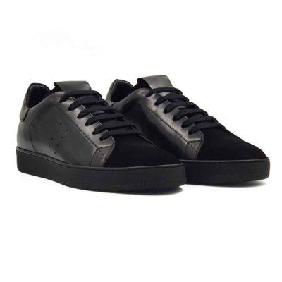 Muške sportske cipele za koje smo koristili prvoklasnu Nappa i prevrnutu kožu u crnoj boji. Ovo su moderne muške cipele patike koje ne zahtevaju posebnu vrstu garderobe i lako se kombinuju sa većinom pantalona. Detalji u crnom visokom sjaju i prevrnutoj koži dodatno ističu sportsku siluetu i snažan dizajn koji vuče korene iz urbane kulture. Ovo je pravo rešenje za muškarce koji na prvom mestu traže komfor i obuću koju mogu da nose ceo dan. A da su zadovoljni svojim novim udobnim cipelama. Lake i udobne sportske patike zahvaljujući izradi tipa Blake Stitch. Djon The Gom-Comfort flex od prirodne gume. Sjajan izbor ako tražite udobne muške cipele patike za svaki dan, a želite da se razlikujete od većine!