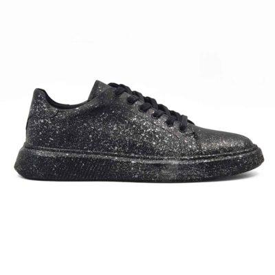 Ženske sportske cipele patike izradjene od glatke crne Nappa kože. Farbane su i ručno polirane. Ove ženske casual patike su originalne i malo drugačijeg dizajna jer su na kraju još jednom farbane sivom bojom. Ovo su jednostavne i moderne ženske cipele patike koje odlikuje uglađena silueta i kompaktan dizajn. Model za praktične dame koje cene kvalitet i udobnost obuće. Savršene ako ne želite da trošite previše vremena na uparivanje obuće i garderobe. Monolitni EVA djon The Gom u crnoj boji čini ove ženske kožne patike pravim izborom ako ste ceo dan u pokretu, a želite obuću u kojoj ćete se osećati prijatno. Tip izrade- Blake Stitch. Idealna ženska obuća za one koji cene minimalizam i praktičnost!