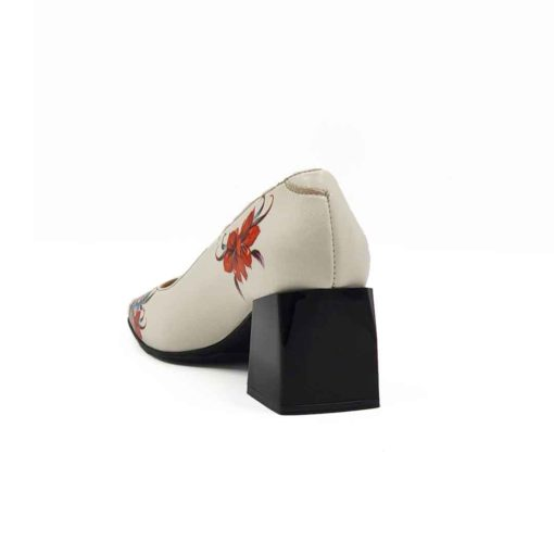 Elegantne ženske cipele na štiklu od najkvalitetnije bež Boks kože, ručno farbane u polumat sjaju. Koža je dodatno tretirana posebnim četkama i pastom, a zatim osenčena da bi se dobio blago zadimljeni patina efekat. Diskretno ojačani šavovi na više mesta, bez dramatičnih prelaza, daju jednu rafiniranu notu ovom paru ženske obuće. Detalji u floralnom dezenu dodatno naglašavaju dinamičan vizuelni identitet ovog modela. Ove cipele su savršene ako tražite smart casual stil i udobnost.