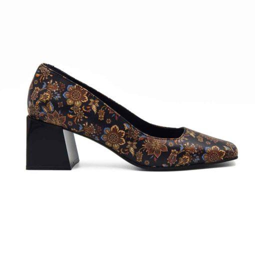 Cipele na štiklu izradjene su od najfinije Nappa crne kože glatke strukture. Posle farbanja su ručno polirane posebnim sredstvima da bi se smanjio sjaj i produbila boja kože. Na kraju su nekonvencionalnom tehnikom farbane u cvetnom dezenu, samo sa bojama organskog porekla.U kombinaciji sa niskim gornjim delom cipele, dodatno su naglašeni autentičan dizajn i izdužena siluetu. Ako volite savremeni dizajn sa klasičnim osnovama, a želite nešto što se nalazi često, ne razmišljajte dalje! Udoban TheGom djon od prirodne gume sa cube heel štiklom visine od 6 cm, pružiće odličan balans Vašem stopalu i sav potreban komfor. Unutrašnjost je kao i kod svih naših modela kompletno od prvoklasne kože. Ovo je klasičan primer za ultimativni Italijanski dizajn sa elementima prefinjenosti!
