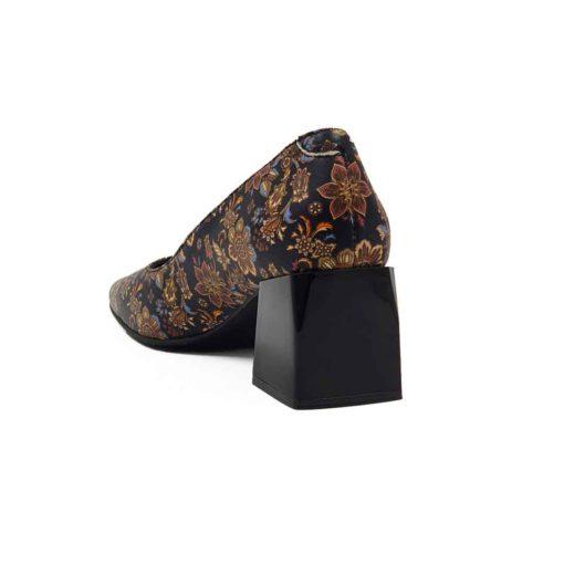 Ženske elegantne cipele na štiklu izradjene su od najfinije Nappa crne kože glatke strukture. Posle farbanja su ručno polirane posebnim sredstvima da bi se smanjio sjaj i produbila boja kože. Na kraju su nekonvencionalnom tehnikom farbane u cvetnom dezenu, samo sa bojama organskog porekla.U kombinaciji sa niskim gornjim delom cipele, dodatno su naglašeni autentičan dizajn i izdužena siluetu. Ako volite savremeni dizajn sa klasičnim osnovama, a želite nešto što se nalazi često, ne razmišljajte dalje! Udoban TheGom djon od prirodne gume sa cube heel štiklom visine od 6 cm, pružiće odličan balans Vašem stopalu i sav potreban komfor. Unutrašnjost je kao i kod svih naših modela kompletno od prvoklasne kože. Ovo je klasičan primer za ultimativni Italijanski dizajn sa elementima prefinjenosti!