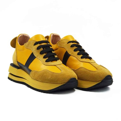 Ženske sportske cipele patike Bumblebee od prvoklasne antilop i Nappa kože. Bojene su ručno u mustard žutoj i crnoj boji. Površina Nappa kože je na bočnim stranama i jeziku je izrazito glatke strukture u polumat sjaju.