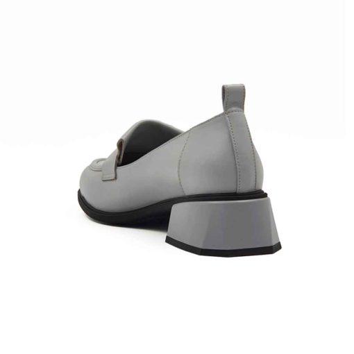 Ženske casual cipele Slip on izradjene od najfinije sive Nappa kože. Bojene su vrlo pažljivo i blago polirane da bi dobile polumat završnicu. Blago povišen jezik i mašna od iste vrste kože na gornjem delu ove mokasine daju im moderan i ležeran izgled. Robustan štep na prednjem delu još više podstiče taj efekat. Unutrašnost i gazište su kompletno od prirodne tamnosive Nappa kože. Savršena i jednostavna kombinacija. Poseban identitet ovom modelu daje Cube-heel peta u kombinaciji crne i sive boje.Idealna visina štikle za dame koje ne vole ravne ženske cipele. Djon od prirodne gume,The Gom.